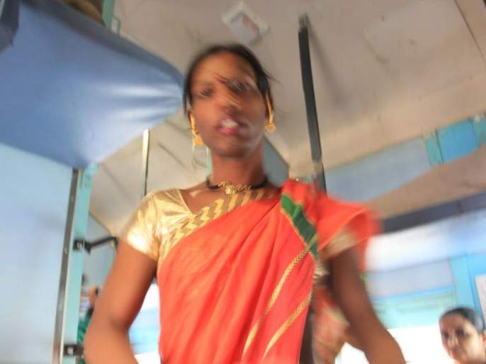 Transgender erupts in the train | रेल्वेगाड्यात वाढला तृतीयपंथीयांचा धुमाकूळ
