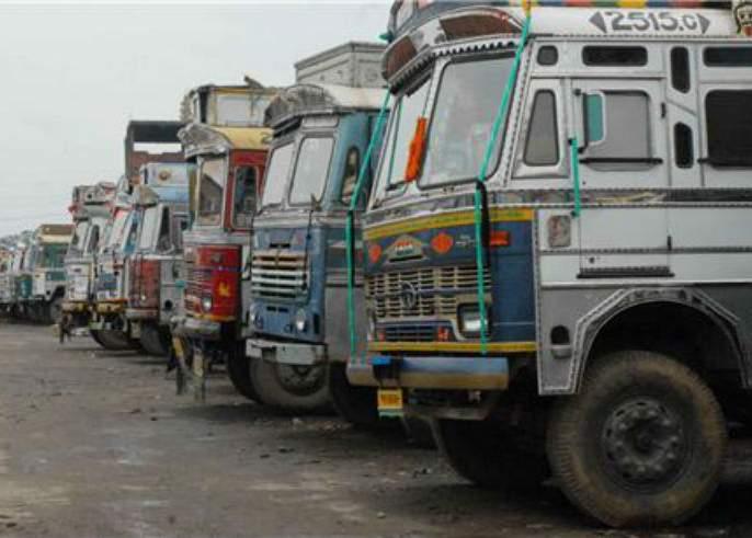 Cost of transporting more than loads, action over 20000 vehicles | भारक्षमतेहून अधिक मालाची वाहतूक करणे पडले महागात, २० हजार वाहनांवर कारवाई