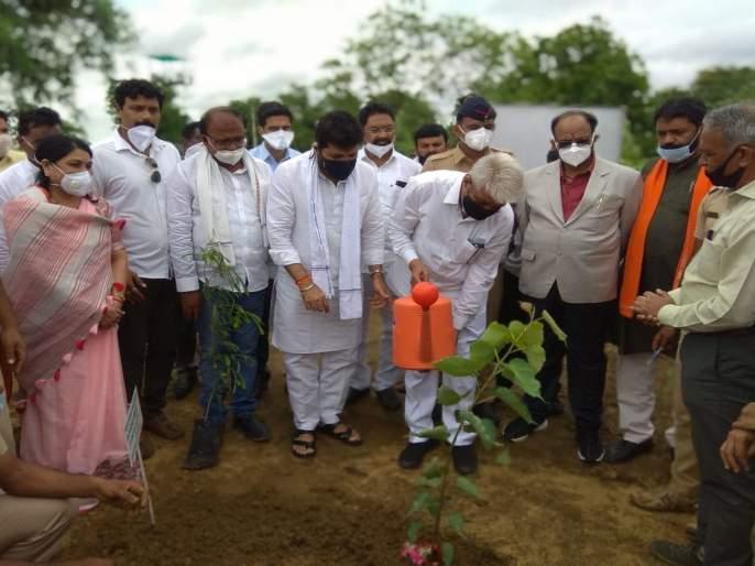 Distribution of bamboo and teak saplings to farmers by the Minister of Forests and Agriculture | वनमंत्री अन् कृषिमंत्र्यांच्या हस्ते शेतकऱ्यांना बांबू, सागवानच्या रोपांचे वाटप