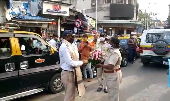 'That' traffic police constable of koliwada was felicitated by the female ACP with a bouquet of flowers | 'त्या' ट्रॅफिक पोलीस हवालदाराचा महिला ACP कडून सन्मान, भररस्त्यातच केला सत्कार