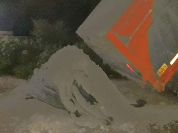 Accident of dumper carrying thermal center ash   औष्णिक केंद्रातील राख नेणाऱ्या डंपरचा अपघात