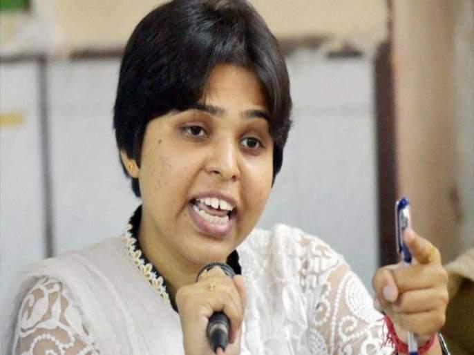 trupti desai tried to stop traffic ; police took her to custody | तृप्ती देसाईंचा रास्ताराेकाे करण्याचा प्रयत्न ; पाेलिसांनी घेतले ताब्यात