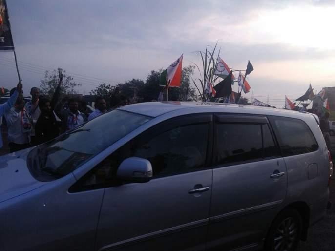 National flag shows black flags to the revenue minister in Osmanabad   उस्मानाबादेत महसूलमंत्र्यांना राष्ट्रवादीने दाखवले काळे झेंडे; गाडी अडवण्याचा केला प्रयत्न