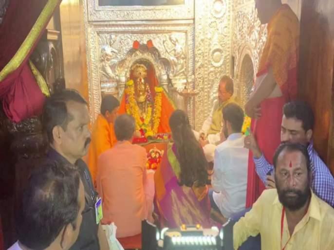 The newly elected Chief Minister of Maharashtra Uddhav Thackeray took darshan at the Kulswamini | महाराष्ट्राचे नवनिर्वाचित मुख्यमंत्री उध्दव ठाकरे यांनी घेतले कुलस्वामिनीचे दर्शन