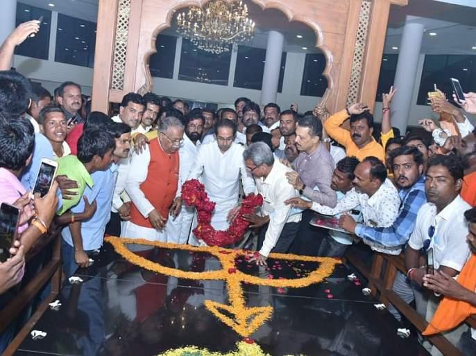 Uddhav Thackeray attended Gopinathgada, Pankaja Munde passionate   उद्धव ठाकरेंनी घेतले गोपीनाथगडाचे दर्शन, पंकजा मुंडे भावुक