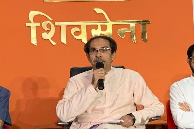 'If you work as a caretaker political activist, know the future' Shiv Sena Warns Police   'काळजीवाहूंचे राजकीय कार्यकर्ते म्हणून काम कराल तर भविष्याचं भान ठेवा'