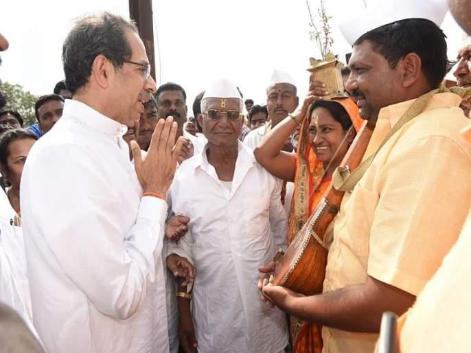 ... So, the swearing-in ceremony of the Chief Minister at the farmers on stage, uddhav thackarey says in sangli | ... म्हणून शिवसेना मुख्यमंत्र्याच्या शपथविधी सोहळ्यात 'हे' शेतकरी दाम्पत्य स्टेजवर