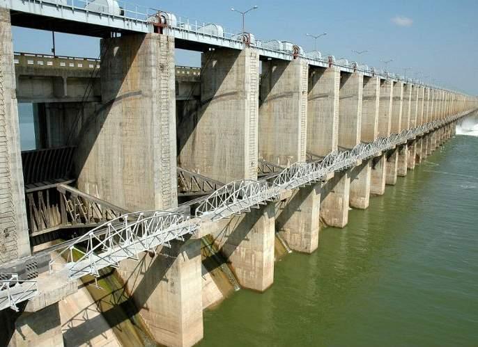 The pollution in the Ujani water increased | उजनीला प्रदूषणाचा विळखा पाण्याचा रंग हिरवा, परिसरात दुर्गंधी