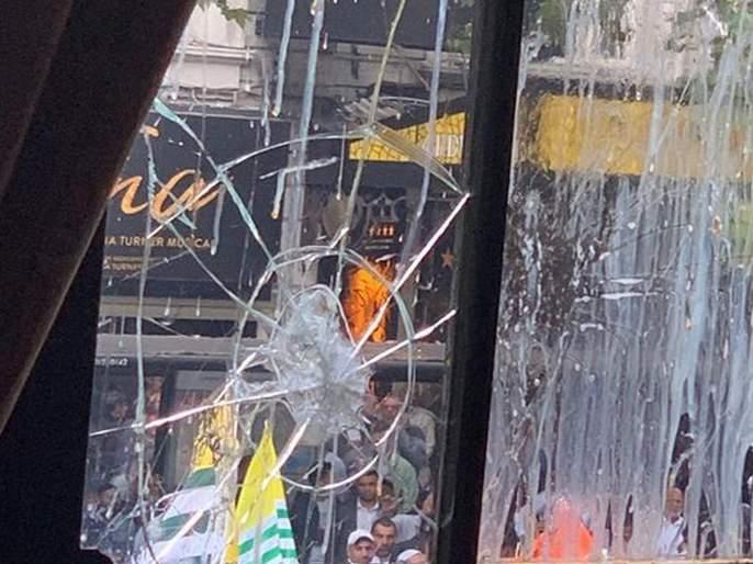 Indian embassy in London vandalised as protest over Kashmir turns violent | Video - भारतीय उच्चायुक्त कार्यालयावर पाक समर्थकांचा हल्ला; दगडफेकीमुळे इमारतीच्या काचा फुटल्या