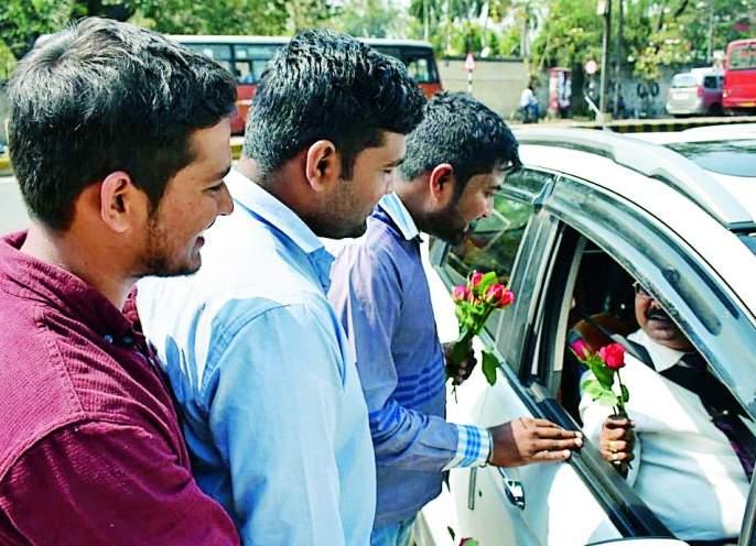'Gandhigiri' of ABVP against Vice-Chancellor: Welcoming senate members by giving Gulab flower | कुलगुरुंविरोधात 'अभाविप'ची 'गांधीगिरी' : गुलाबपुष्प देऊन विधीसभा सदस्यांचे स्वागत