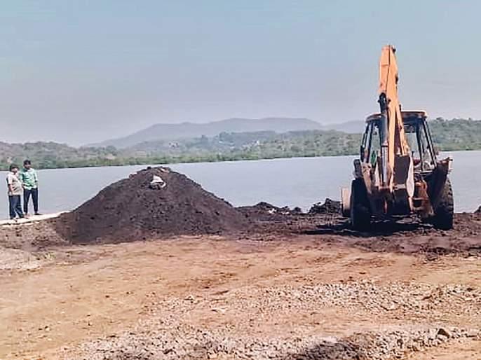 Illegal sand seizure seized in Mudar area of Murud | मुरुडच्या मिठागर भागात अवैध वाळूसाठा जप्त