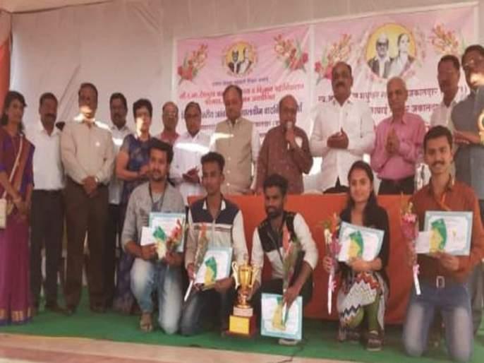 Dhulia Z.B. Patil College wins the grandmother medal college debate competition   धुळ्याच्या झेड.बी. पाटील महाविद्यालयाने जिंकली जकातदार स्मृतीकरंडक विद्यापीठस्तरीय आंतरमहाविद्यालयीन वादविवाद स्पर्धा