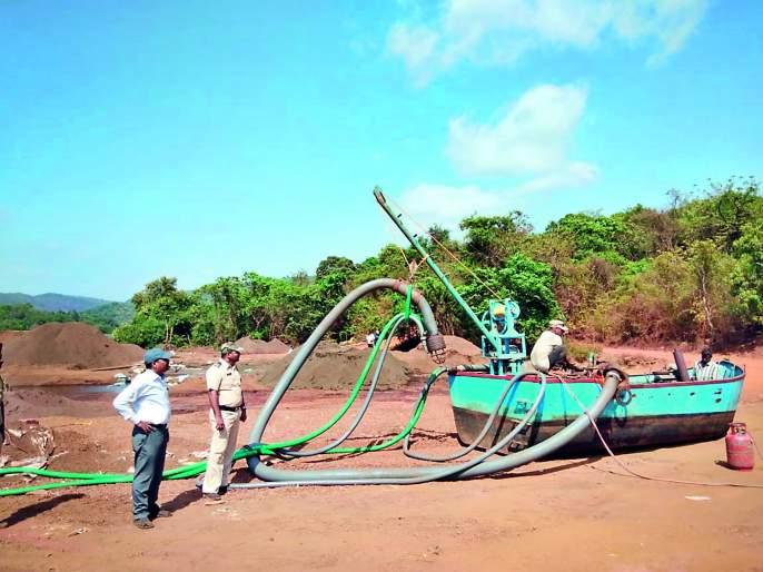 Big bang for sand mafia: Sangameshwaran 6 suction pumps, 4 boats destroyed by Tehsil | वाळूमाफियांना मोठा दणका: संगमेश्वरनजीक ६ सक्शन पंप, ४ बोटी तहसीलकडून उद्ध्वस्त