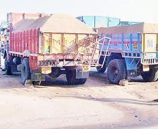 The rush of Green Arbitration has left the auction of sand in Solapur district, only Solapur, Pune proposes environmental department! | हरित लवादाच्या धसक्याने सोलापूर जिल्ह्यातील वाळूचे लिलाव लटकले, फक्त सोलापूर, पुण्याचा प्रस्ताव पर्यावरण विभागाकडे !