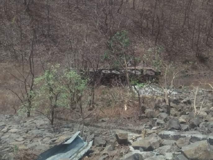 Truck crashes into 150 feet deep valley, incident in Satyagrahi Ghat | १५० फूट खोल दरीत कोसळला ट्रक, सत्याग्रही घाटातील घटना