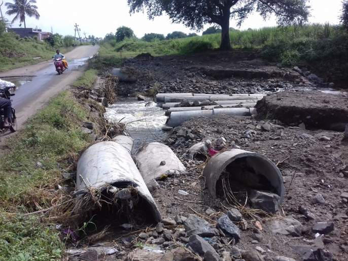 The bridge on Kukana-Varkhed road was demolished   कुकाणा-वरखेड रस्त्यावरील पूल उखडला