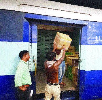 Action on passengers carrying free luggage   फुकट लगेज नेणाऱ्या प्रवाशांवर कारवाई