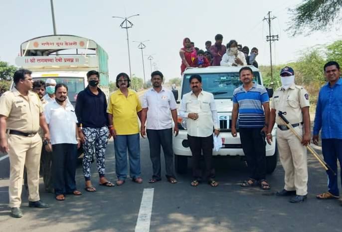 The 'she' family came with a spear running for about 5 kilometers. | CoronaVirus in Solapur: तीन दिवस चुरमुऱ्यांवर काढत 'ते' 250 किमी चालले, 'खाकीतले देव'च मदतीला धावले!