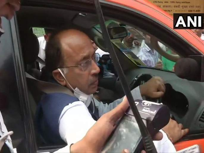 BJP Leader Fined For Defying Odd-Even. Then AAP Minister Hands Him Roses   विजय गोयल 'ऑड' मार्गाने; सम-विषमला भाजपाचा विरोध