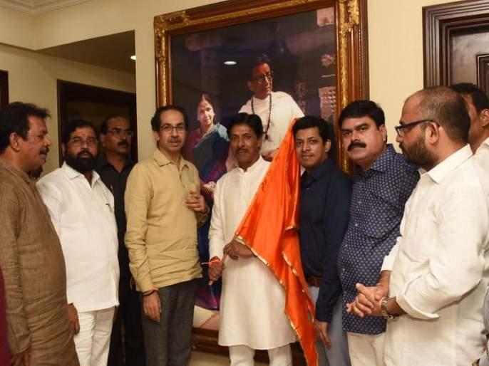 Congress state secretary Vijay Patil joins Shiv Sena | काँग्रेसचे राज्य सचिव विजय पाटील शेकडो कार्यकर्त्यांसह शिवसेनेत दाखल