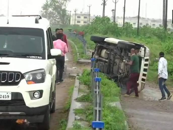Vikas Dubey Encounter Media Persons Were Stopped By Police In Kanpur Before Encounter | Vikas Dubey Encounter: विकास दुबेचा एन्काऊंटर स्क्रिप्टेड? गाडीला अपघात होण्याआधीचा VIDEO समोर; संशय वाढला