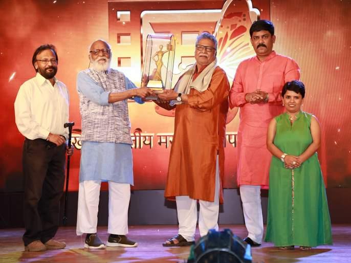 Vikram gokhale awarded 'Chitrabhushan' award | विक्रम गोखले यांना 'चित्रभूषण'पुरस्कार प्रदान