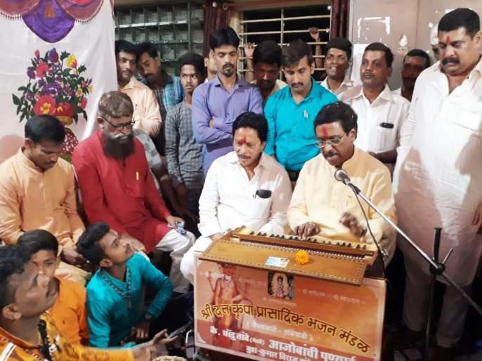 MP Vinayak Raut is in sing bhajan | खासदार विनायक राऊत रंगले हरिनामात, कार्यकर्त्यांसह कर्मचा-यांचा उत्साह द्विगुणीत