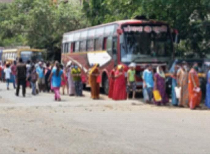 Maharashtra Lockdown: Long queue for Virar ration !, Lockdown scares citizens again | Maharashtra Lockdown : विरारला रेशनसाठी लांबच लांब रांग!, लॉकडाऊनची नागरिकांमध्ये पुन्हा धास्ती