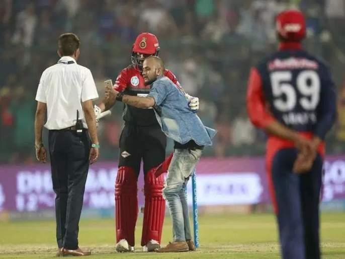 IPL 2018 Virat Kohli fan tries to click selfie with him on pitch | IPL 2018: ...जेव्हा विराटचा चाहता सेल्फीसाठी सुरक्षा रक्षकांचं कवच भेदून मैदानात धाव घेतो