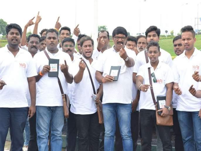 "Maharashtra Election 2019: Bike rider ""Voter Friend"", an innovative concept of Bandra West constituency   मतदारांच्या मदतीला येणार बाईकस्वार ""मतदार मित्र"", वांद्रे पश्चिम मतदार संघातील अभिनव संकल्पना"