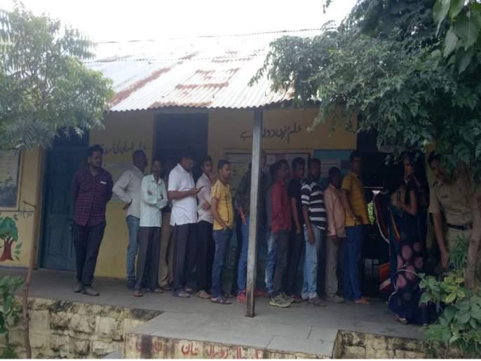 Maharashtra Election 2019 : Rain, muddy roads obstruct voting; In Aurangabad district, only 5 percent of the vote is done in 5 hours | Maharashtra Election 2019 : ढगाळ वातावरण, चिखलमय रस्त्यांचा मतदानात अडथळा; औरंगाबाद जिल्ह्यात ४ तासात केवळ १३ टक्के मतदान