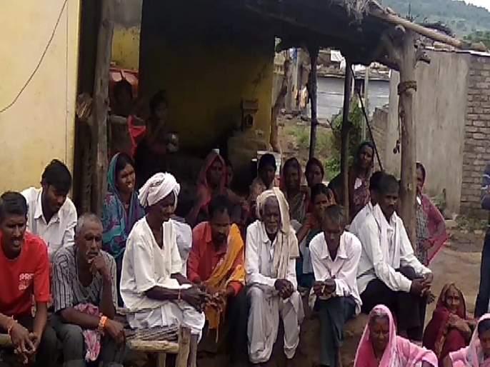 Maharashtra Election 2019: 'Want Road to the village ...'; Karwadi villagers boycott voting for road demands | Maharashtra Election 2019 : 'गावाला रस्ता हवा...'; रस्त्याच्या मागणीसाठी करवाडी ग्रामस्थांचा मतदानावर बहिष्कार