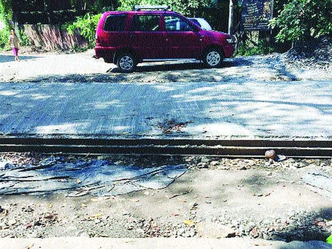 Four months later the road is still halfway up | चार महिने उलटूनही रस्ता अर्धवट