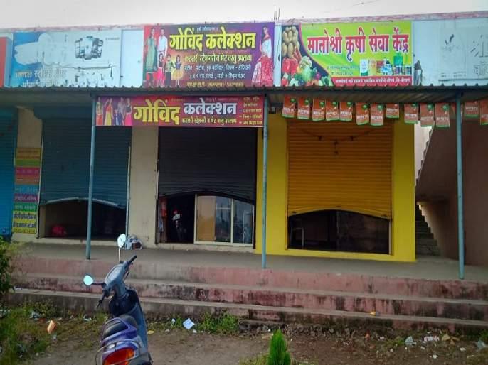 Thieves burst into seven shops at Varudi Fata; Chorte imprisoned on CCTV | वरुडी फाटा येथे चोरट्यांनी सात दुकाने फोडली; चोरटे सीसीटीव्हीत कैद