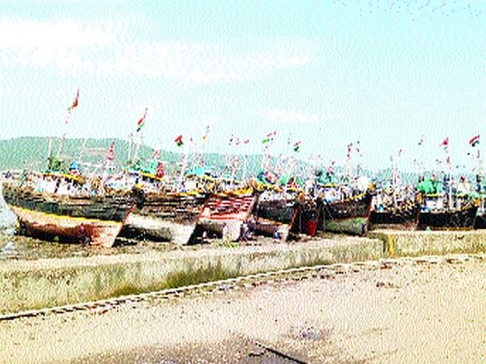 High alert for next two days in district; Thousands of boats dumped plows   जिल्ह्यात पुढील दोन दिवस अतिदक्षतेचा इशारा; हजारो बोटींनी टाकले नांगर