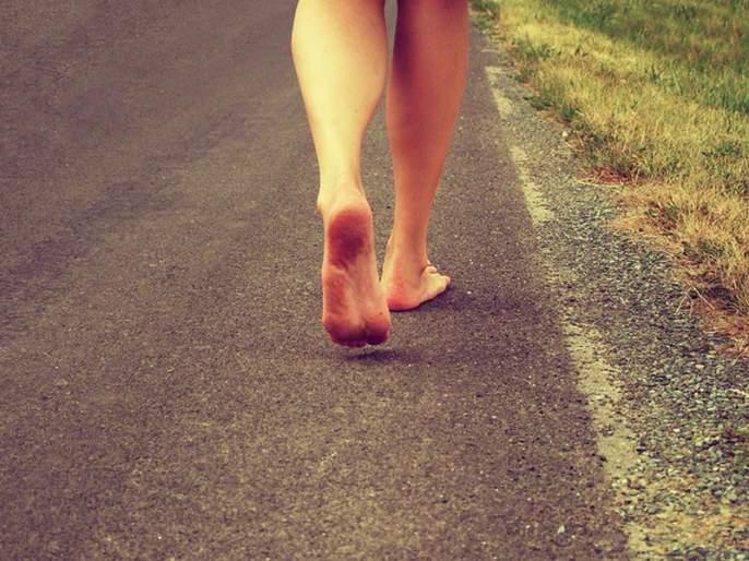 Walking barefoot reduces stress, know the benefits | चप्पल न वापरता चालण्याचे फायदे, 'या' समस्यांपासून मिळेल सुटका!