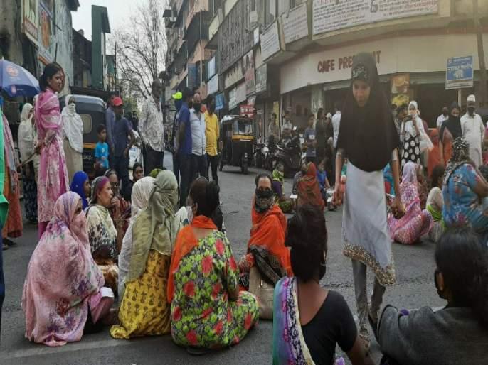 Women of Pune on the streets for agitation to water issue   महिला दिनालाच पुण्यातील महिला उतरल्या रस्त्यावर; पाण्याच्या प्रश्नासाठी ठिय्या आंदोलन