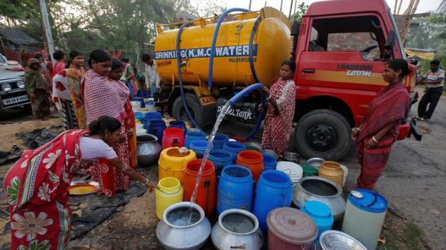 Four tankar supply water to thirsty people | चार टँकरने भागतेय नागरिकांची तहान