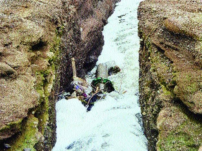 The river flows through the river Girna due to the floodwaters | जळगावात सांडपाण्यामुळे गिरणा नदीचा झाला नाला