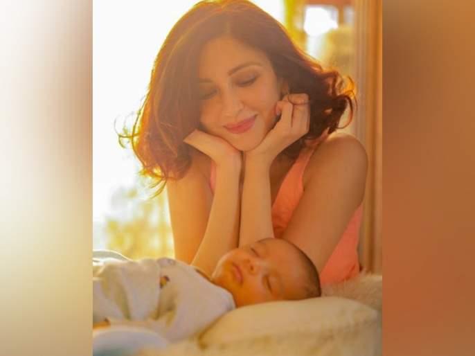 Soumya tondan baby pics got viral   सौम्या टंडनचा बाळासोबतचा 'हा' क्युट फोटो तुम्ही पाहिलात का ?, सोशल मीडियावर होतोय व्हायरल