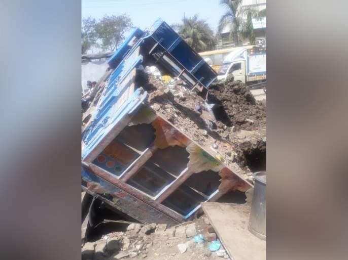 The truck loaded with Kandivali overturned   कांदिवलीत मातीने भरलेला ट्रक उलटला