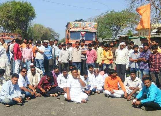 Stoped the state highway for banner by BJP-Sena workers | भाजप-सेना कार्यकर्त्यांचा बॅनरसाठी रास्ता रोको