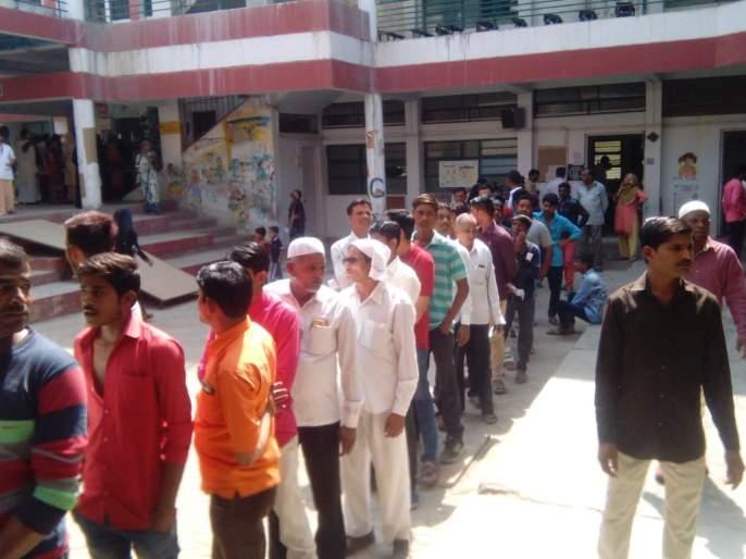 Long rows at some polling stations in Jalgaon | जळगावात काही मतदान केंद्रांवर लांबलचक रांगा
