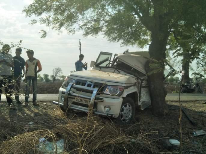 Water Accidental Accidents in Water Foundation; Two injured | पाणी फाऊंडेशनच्या वाहनाला अपघात; दोन जखमी