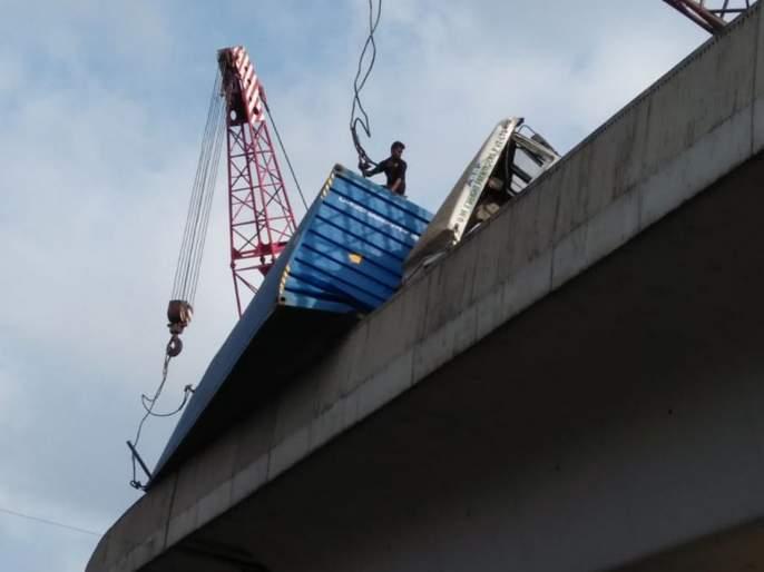 Video: Slowdown Transport on Ghodebunder-Mumbai Road due to Container accident | Video : कंटेनर पलटी झाल्याने घोडबंदर-मुंबई मार्गावरीलमंदावली वाहतूक