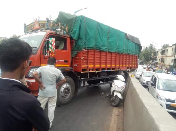 truck broke down on flower ; One woman injured in the accident | उड्डाणपुलावर ट्रकचा ब्रेक निकामी ; अपघातात एक महिला जखमी