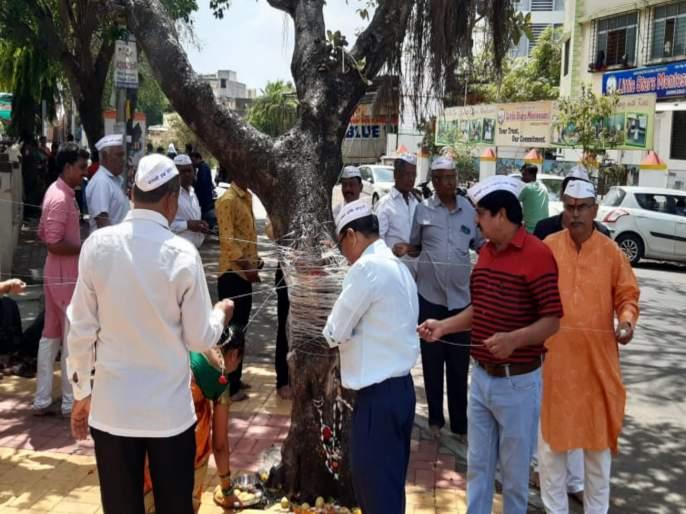 men did a seven round to baniyaan tree on vatpornima occassion | जन्मोजन्मी हीच पत्नी मिळावी यासाठी पुरुषांनी मारले वडाला सात फेरे