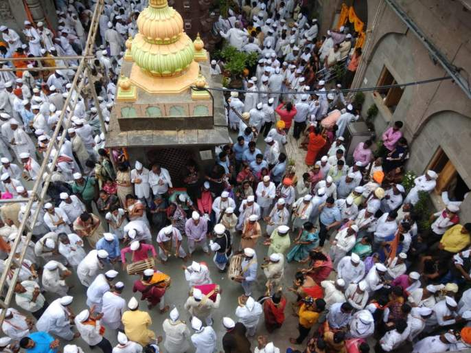 sant tukaram palkhi headed towards pandharpur | तुकोबांसंगे वैष्णव निघाले पंढरीला