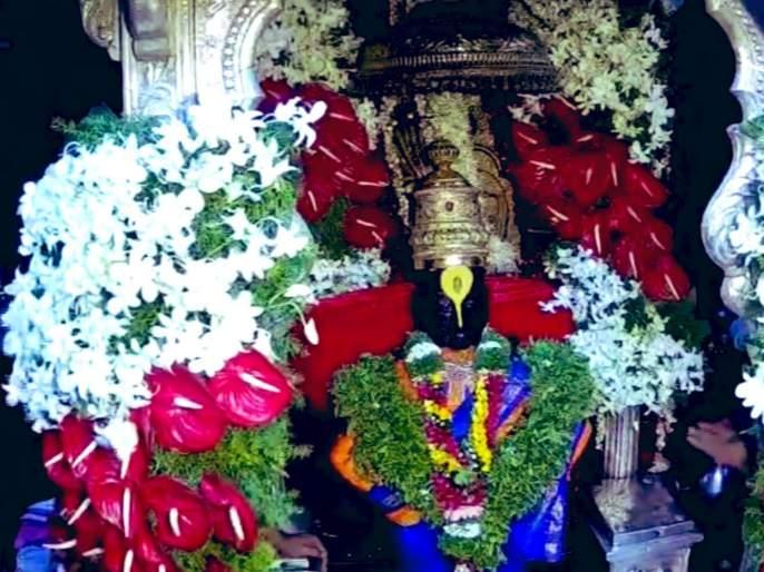 Chief Minister Devendra Fadanvis did Vitthal Mahapooja at pandharpur   चंद्रभागेच्या काठी जमला वैष्णवांचा मेळा; मुख्यमंत्र्यांच्या हस्ते विठ्ठलाची शासकीय महापूजा संपन्न
