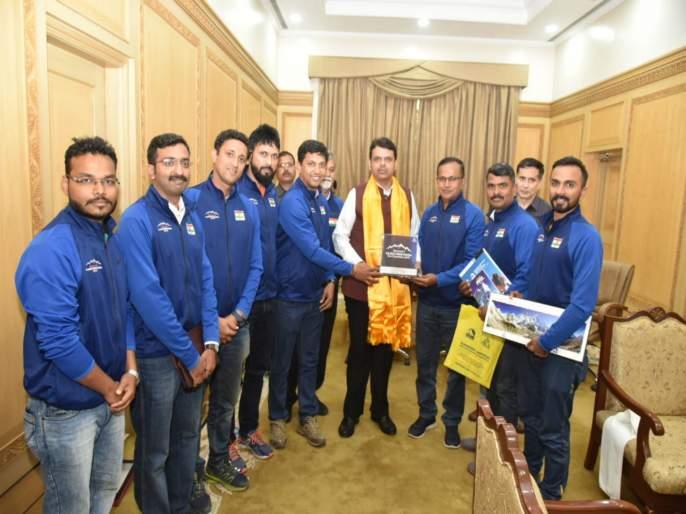 chief minister facilitate climber of mount kanchanjunga | माउंट कांचनजुंगावर चढाई करणाऱ्या गिर्याराेहकांचे मुख्यमंत्र्यांनी केले काैतुक